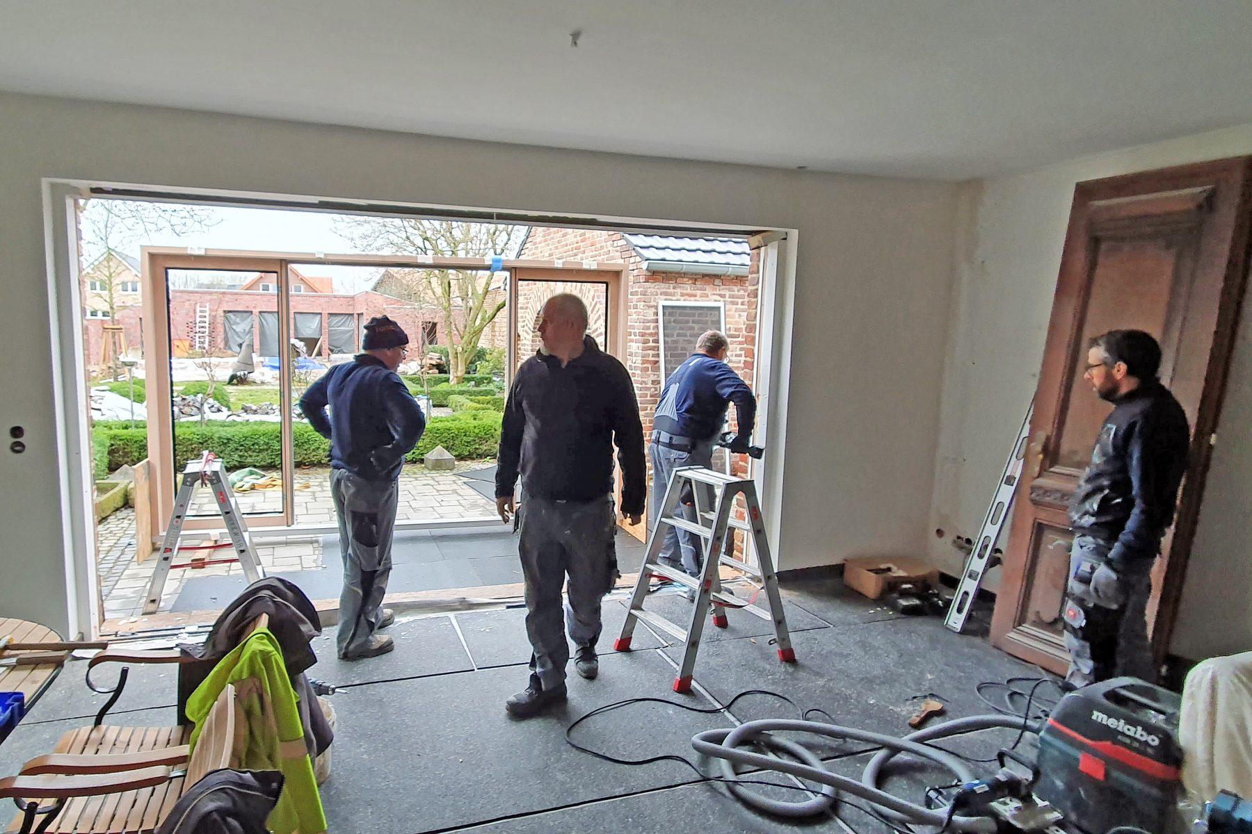 Montageteam auf Bausteille für Terrassentür