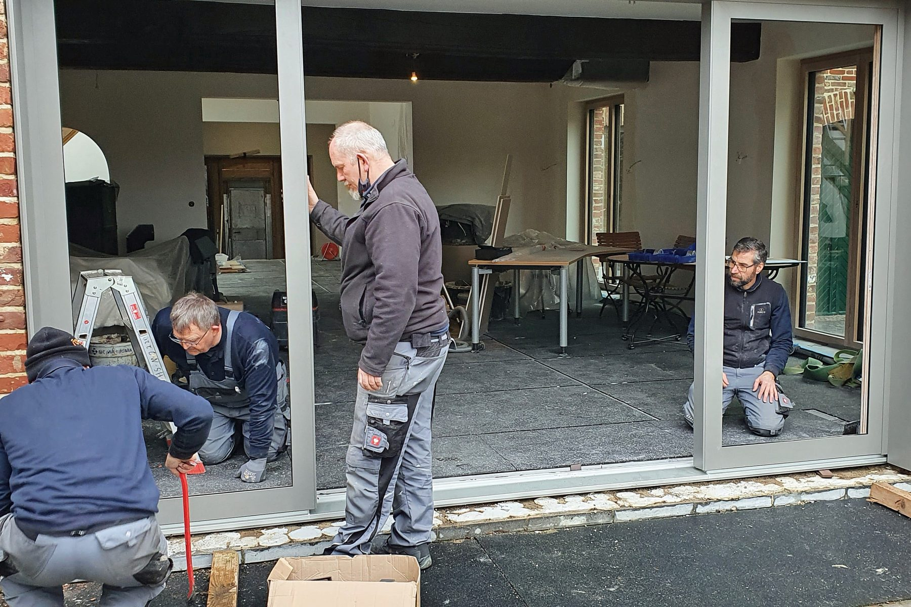 Montageteam Jansen beim Einbau Terrassentür