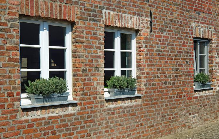 Weiße Holzfenster in altem Haus